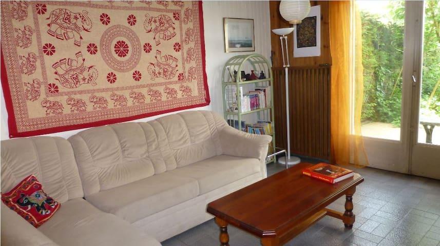 Chambre dans petite maison de ville proche Genève