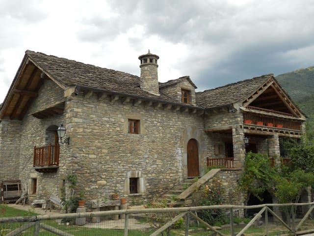 Se alquila Casa típica del Pirineo -amplio jardin - Fiscal - Hus