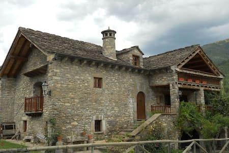 Se alquila Casa típica del Pirineo -amplio jardin - Fiscal - Casa