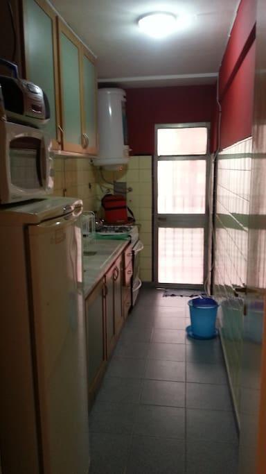 Cocina completa con heladera, microondas y vajilla completa