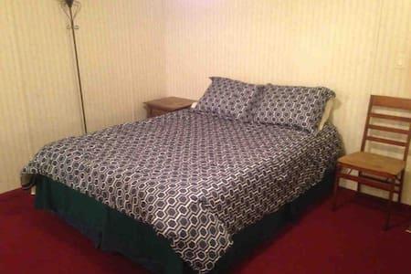Nice, Private Bedroom in trailer near USM/98