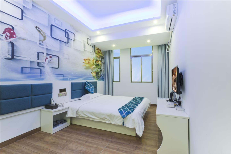 这个是我们温馨大床房,简单的装修,床是1.5米的大床