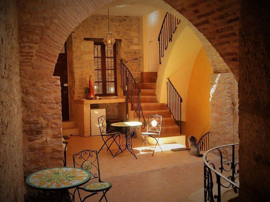 Une maison de charme, authentique, préservée du temps, dans un village riche d'histoires.