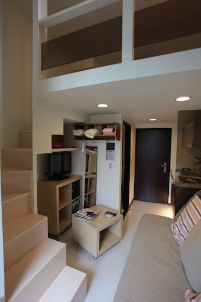 挑高小閣樓,原木臥鋪~溫馨舒適,下層為客廳和廚房.淋浴間.陽台角落還有一個私密的景觀浴池,最適合和親密伴侶一起共享!~