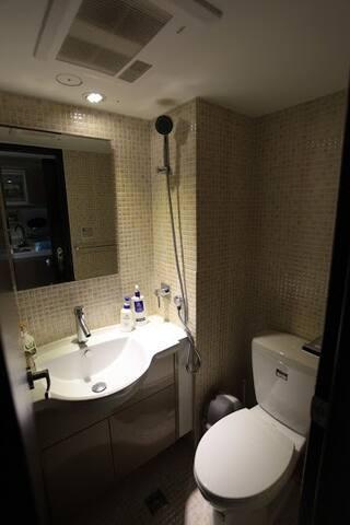 迷你淋浴間~附設控溫暖房器,讓您在冬天淋浴不怕受寒 !