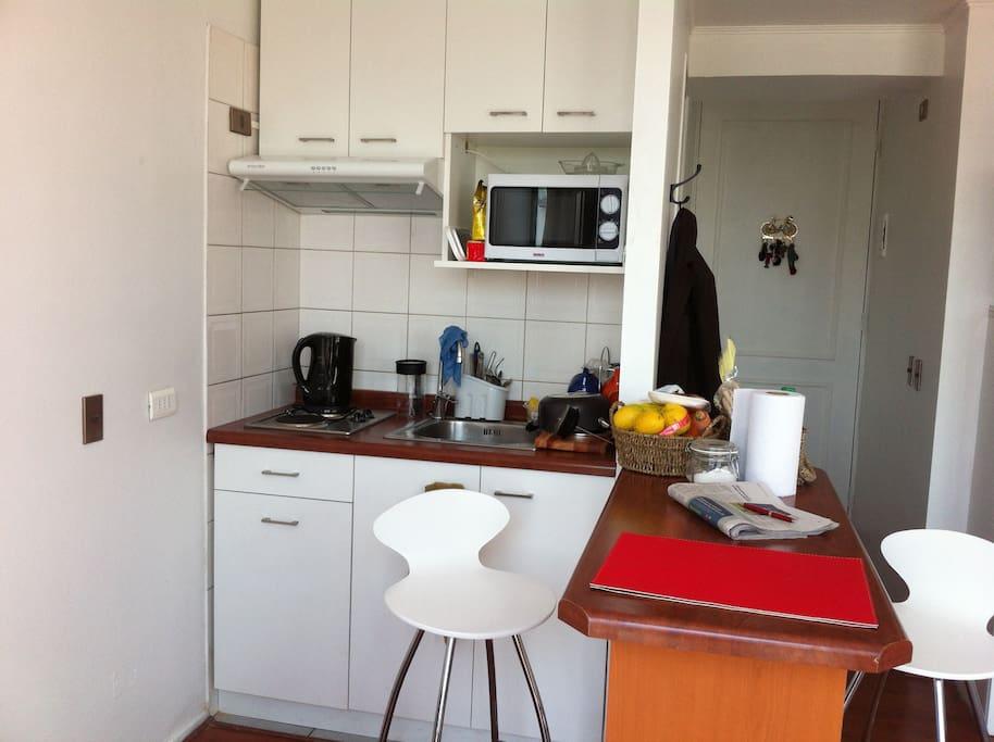 Cocina c/lavaplatos y barra comedor c/2 sillas.  Cómodo y fácil de usar.