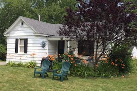 Enjoy Charming Sunny Cottage - Lake George - Bungalow