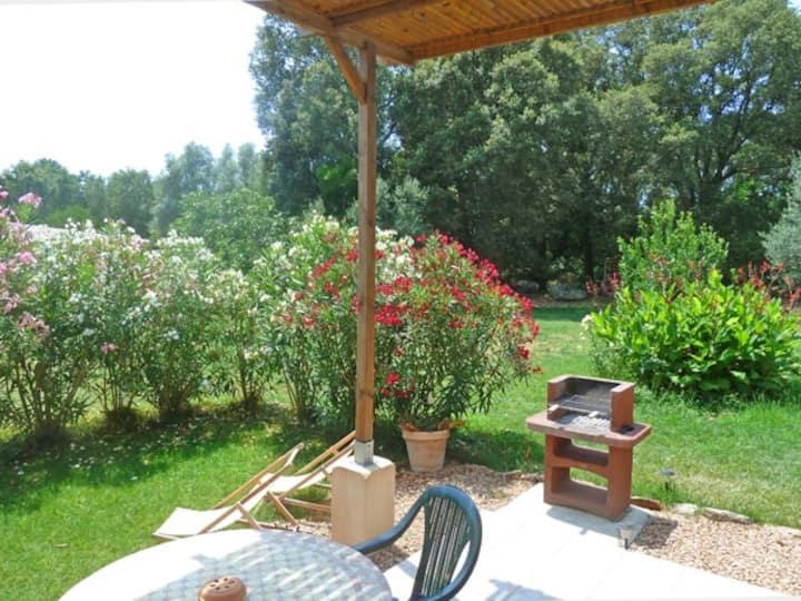 T2 calme grand jardin à 5 km du centre, Wifi, Clim