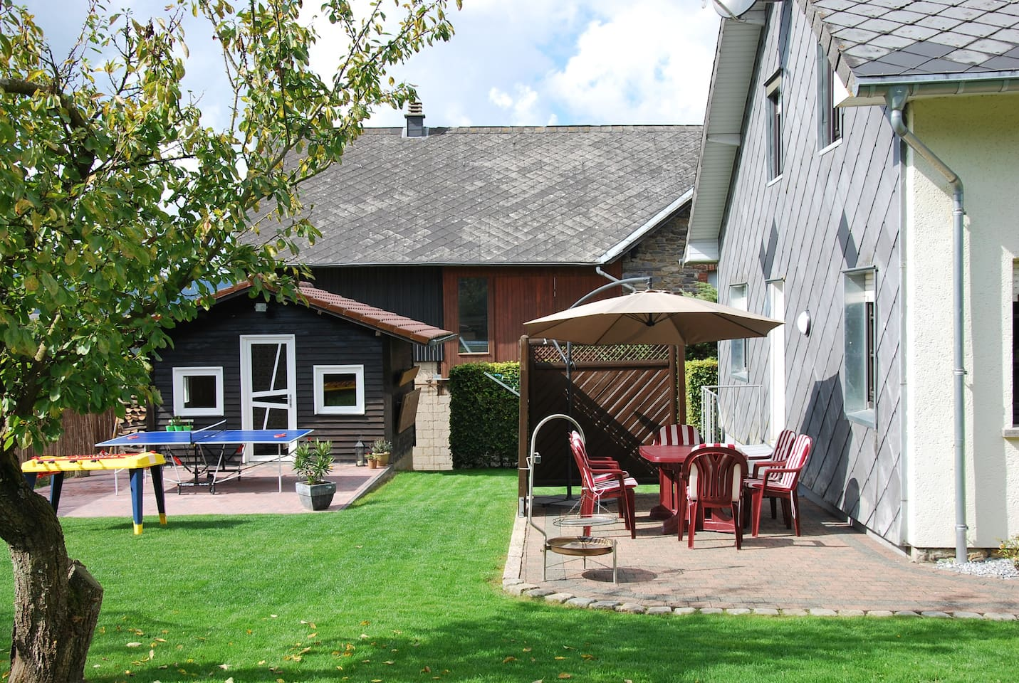 Die Terrasse hinterm dem Haus mit Tischtennis und Kicker