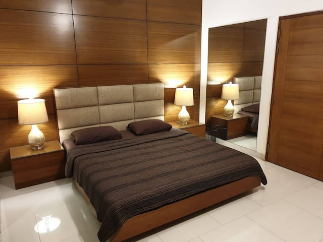 Luxurious lakeview room in a duplex Apt in Banani