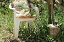 Ein Stuhl im Schatten, ein gutes Buch und einen Rotwein - was will man mehr. Wir kennen einen hervorragenden Winzer in der Nähe.