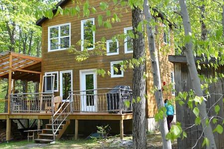 La maison dans la forêt - Coaticook - スイス式シャレー