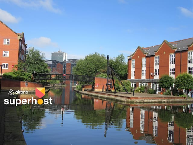 5★ Rated Stylish Waterside 3BR + Ⓟ in the ♥ of Mcr