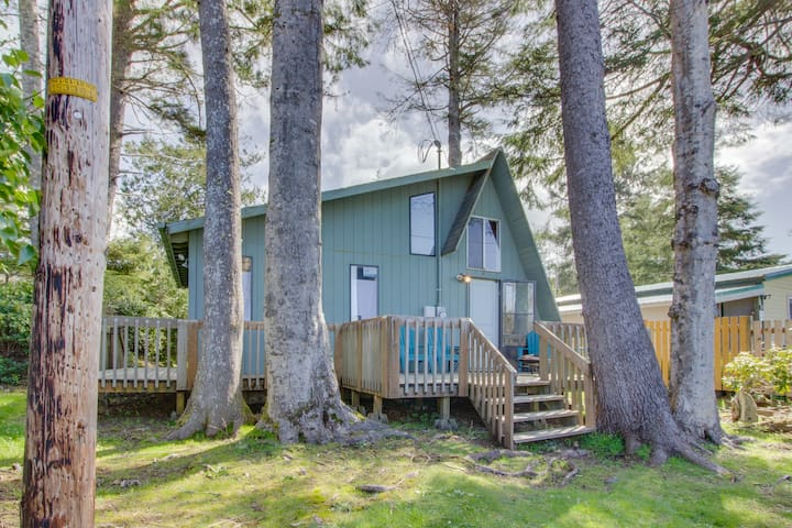 Cozy A-frame cabin with large deck, 5-minute walk to beach - dogs welcome!