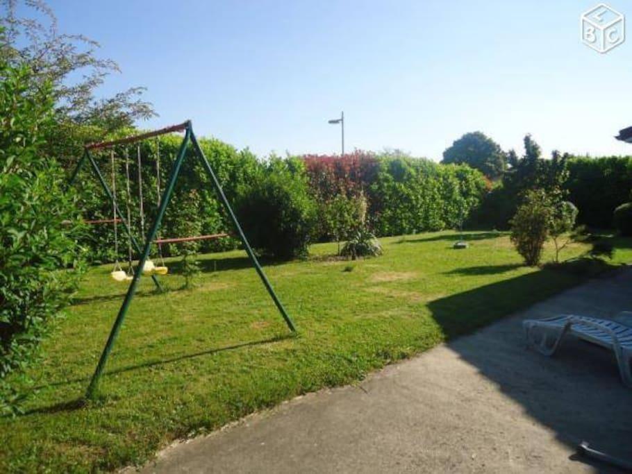 jardin avec portique, maintenant il y a en plus une piscine hors sol