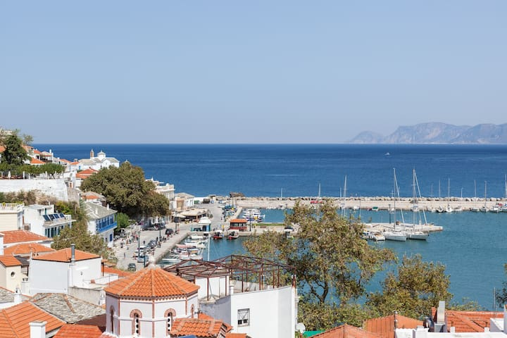 Seaview apartment for five in Skopelos