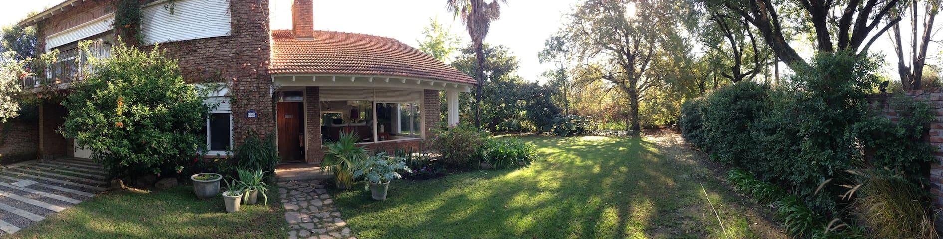 Casa muy luminosa con jardín - Beccar - Hus