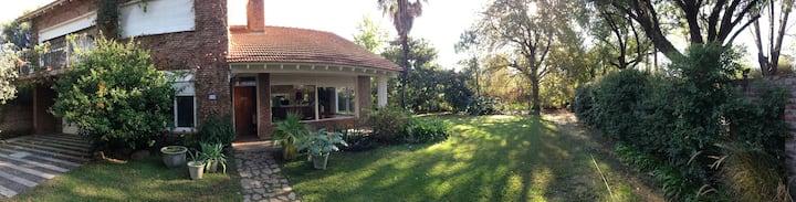 Casa muy luminosa con jardín y pileta