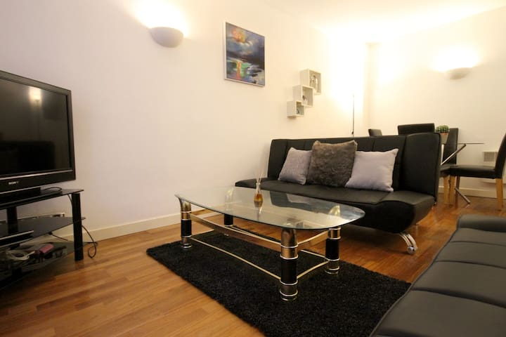 Beautiful & Central 4 Bed Apt in Amazing Location