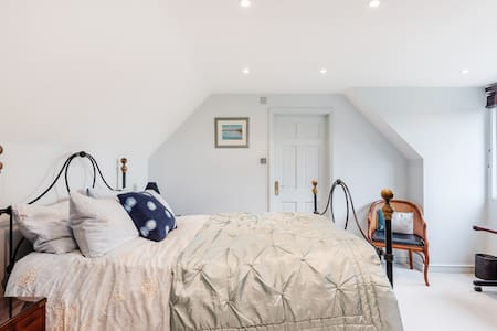 Large ensuite room private access near Marlow.