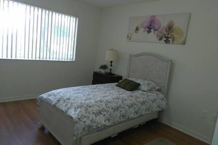 Clean & Private bdrm & bathroom! - Aventura, Florida, US - Apartment