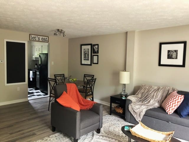 COZY CONDO | MINUTES FROM AIRPORT & DOWNTOWN PGH
