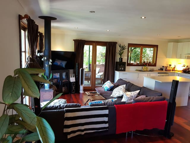 Katoomba Escape with Modern Flair. Walk from Town! - Katoomba - Hus
