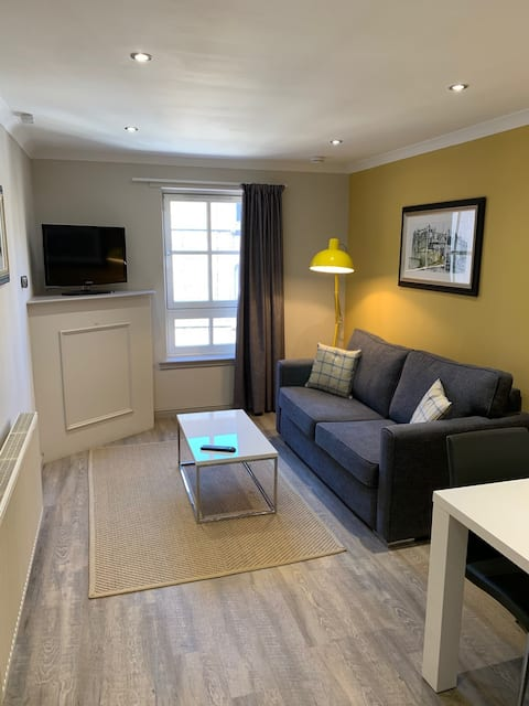 Modern & spacious West End 1 bedroom apartment