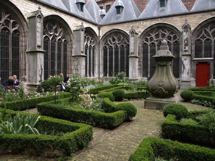 Gelegen tegenover het middeleeuwse abdijcomplex