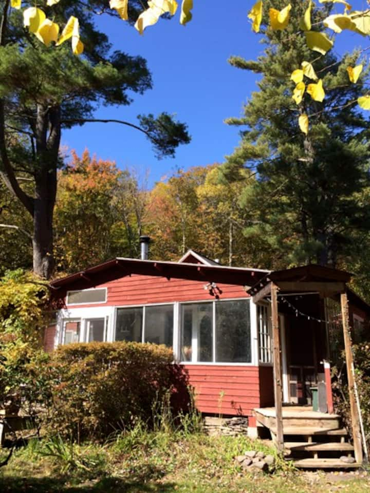 Secluded stream side Woodstock cottage with pool