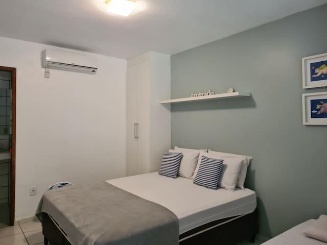 Nossa suíte 1 acomoda até 3 pessoas, sendo 1 cama Queen e 1 cama de solteiro.