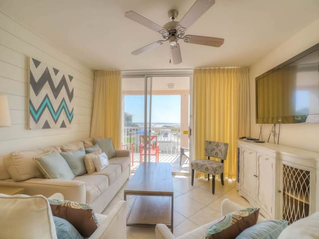 Gorgeous, condo, Beach service and bicycles included, Close to dining