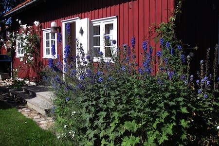 Summer house in lush garden close to the sea - Viks Ödegärde