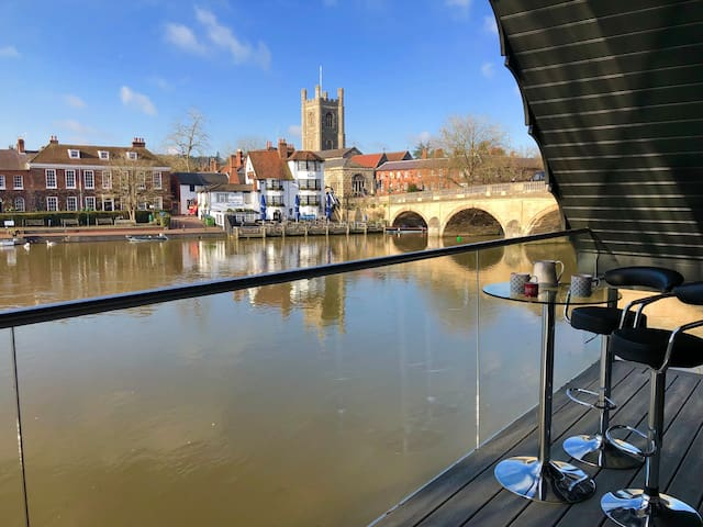 Stunning boathouse with balcony in Henley Centre