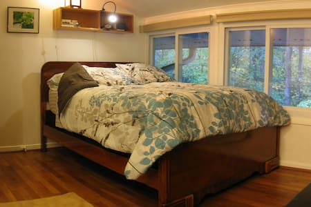 Cozy Wooded View by UNC - Chapel Hill - Bed & Breakfast