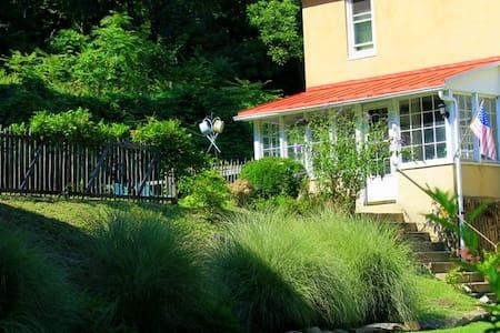 Farm Home Tucked Away Hillside - Barto - บ้าน