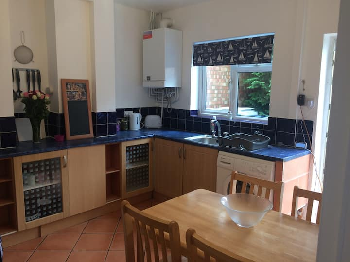 Kettering TOWN 7 in 4 rooms - Off Street Parking