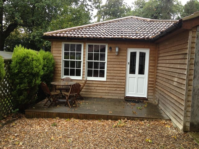 Self contained one bed apartment - Leatherhead