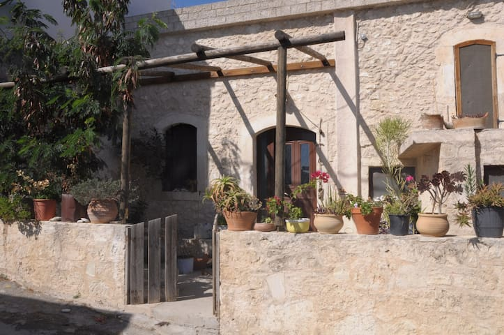 Old stone house in peaceful village - Heraklion - Haus