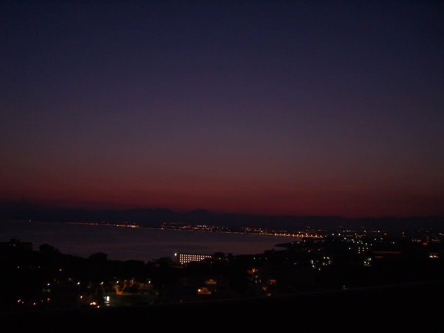 Blick vom Balkon bei Nacht