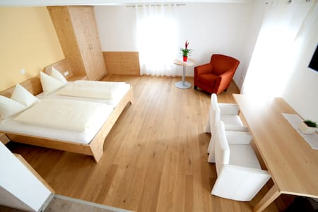 Doppelzimmer mit Zustellbett, Bad und Kühlschrank