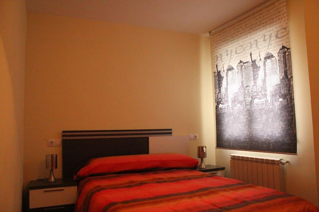 Dormitorio de matrimonio con cama supletoria o cuna opcional