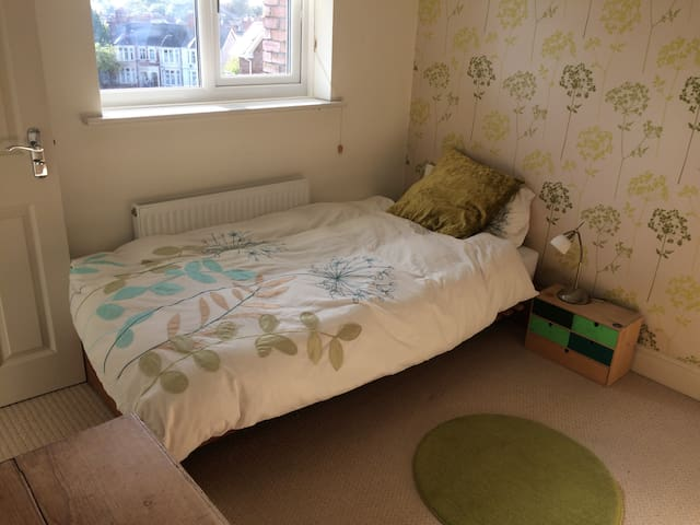 Comfy single room with en-suite & private parking