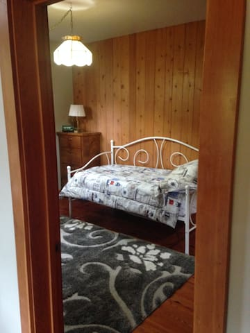 Guest Bedroom 2 - single day bed