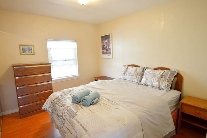 Room 4 with a Queen bed