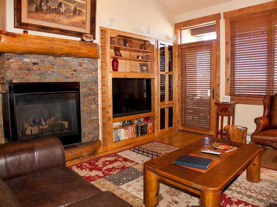 Entertainment Center,Indoors,Room,Hearth,Couch