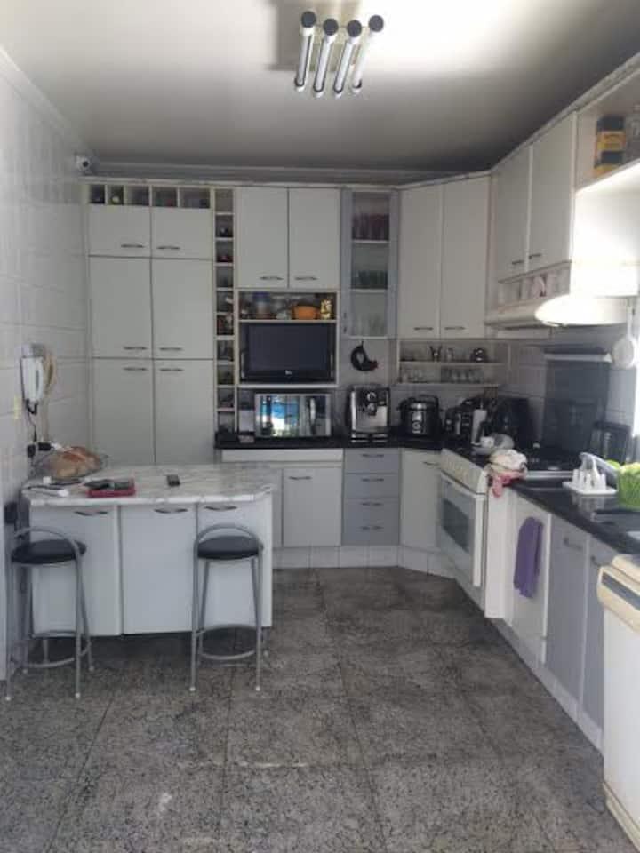 Quarto em casa de família em Guarulhos, São Paulo.