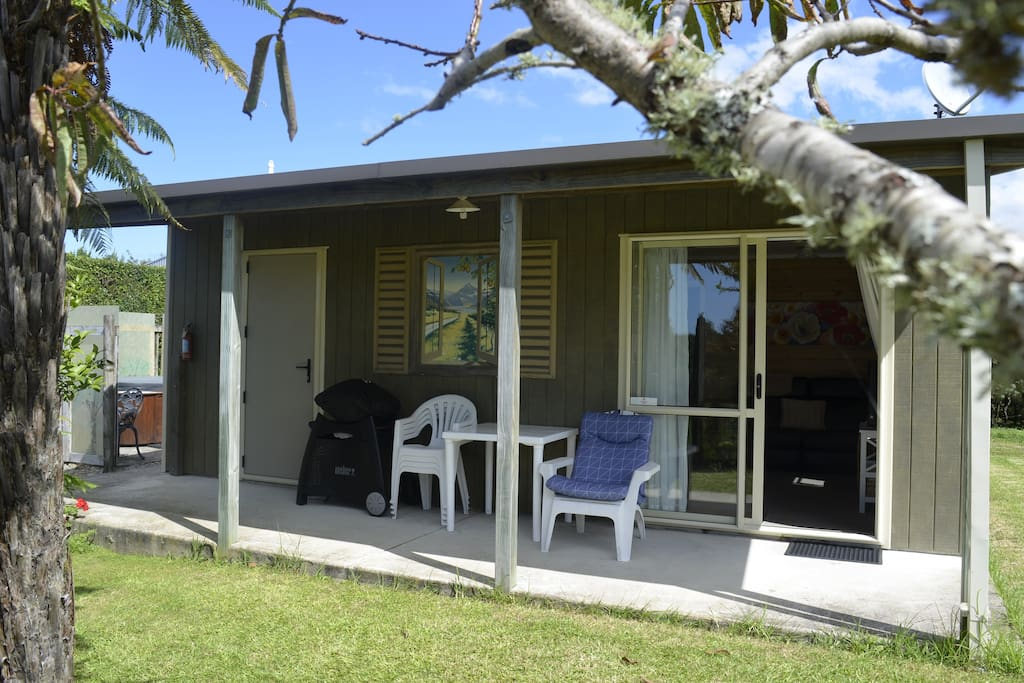 Self-contained 2 bedroom cottage with lots of space. Private Spa just off the patio