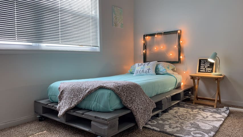 Comfy twin bed, ground level entry