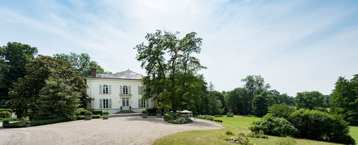 Le Petit Château (Les Demoiselles à Versailles)